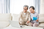 한국인, 노인, 부부, 노인커플 (이성커플), 은행통장 (은행서류), 자산관리, 노후대책 (사회현상), 미소