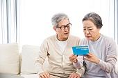 한국인, 노인, 부부, 노인커플 (이성커플), 노후대책 (사회현상), 연금 (목록), 자산관리, 걱정 (어두운표정), 실망, 절망 (슬픔)