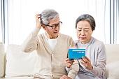 한국인, 노인, 부부, 노인커플 (이성커플), 노후대책 (사회현상), 연금 (목록), 자산관리, 걱정 (어두운표정), 실망, 절망 (슬픔), 머리긁기 (움직이는활동)