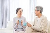 한국인, 노인, 부부, 노인커플 (이성커플), 커피 (뜨거운음료), 차 (뜨거운음료), 미소, 애정 (밝은표정)