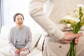 한국인, 노인, 부부, 노인커플 (이성커플), 꽃다발, 미소, 애정 (밝은표정)