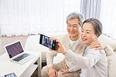 한국인, 노인, 부부, 노인커플 (이성커플), 스마트폰, 셀피, 셀프카메라 (포즈취하기), 미소