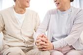 한국인, 노인, 부부, 노인커플 (이성커플), 손잡기, 노후대책 (사회현상), 행복, 마주보기 (위치묘사)
