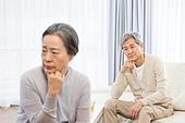 한국인, 노인, 부부, 노인커플 (이성커플), 노후대책 (사회현상), 실망, 걱정 (어두운표정), 갈등, 위기