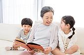 한국인, 어린이 (인간의나이), 남매, 미소, 할머니 (조부모), 그림책 (책), 스토리텔링 (읽기), 황혼육아