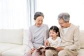 한국인, 어린이 (인간의나이), 미소, 가족, 할머니 (조부모), 그림책 (책), 스토리텔링 (읽기), 황혼육아, 할아버지 (조부모), 손녀 (손주)