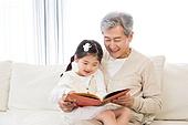 어린이 (인간의나이), 유치원생, 할아버지 (조부모), 손녀 (손주), 그림책 (책), 스토리텔링 (읽기)