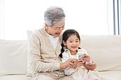 어린이 (인간의나이), 유치원생, 할아버지 (조부모), 손녀 (손주), 스마트폰, 응시 (감각사용)