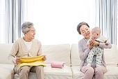 할아버지 (조부모), 아기 (인간의나이), 손자, 미소, 돌보기 (컨셉), 황혼육아, 할머니 (조부모), 빨래 (허드렛일), 마주보기 (위치묘사)