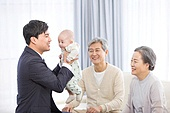 출퇴근 (여행하기), 황혼육아, 노인커플 (이성커플), 아기 (인간의나이), 돌보기 (컨셉), 육아, 도움 (컨셉), 미소, 아빠