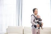 노인, 할머니 (조부모), 아기 (인간의나이), 황혼육아, 돌보기 (컨셉), 스트레스, 아기띠, 피로 (물체묘사)