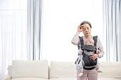 노인, 할머니 (조부모), 아기 (인간의나이), 황혼육아, 돌보기 (컨셉), 스트레스, 아기띠, 피로 (물체묘사), 땀, 닦기 (클리닝)