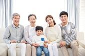 가족, 가족모임, 가정생활 (주제), 노인커플 (이성커플), 부부, 부모 (가족구성원), 미소, 어린이 (인간의나이)