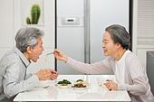 한국인, 노인커플 (이성커플), 부부, 행복, 만족, 식사, 먹여주기 (움직이는활동), 애정 (밝은표정)