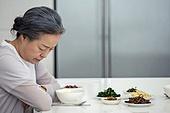 한국인, 식사, 고독 (컨셉), 걱정 (어두운표정), 쓸쓸함 (컨셉), 할머니 (조부모)