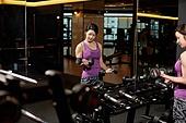 한국인, 여성, 웨이트트레이닝 (근육강화운동), 헬스클럽 (레저시설), 들어올리기 (물리적활동), 거울, 아령 (웨이트), 팔운동