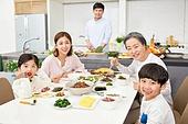 한국인, 가족, 식사, 식탁, 어린이 (인간의나이), 대가족 (가족), 미소, 대화, 밝은표정