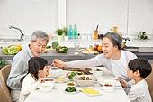 한국인, 가족, 식사, 식탁, 할아버지 (조부모), 할머니 (조부모), 손녀, 손자, 황혼육아, 미소