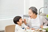 한국인, 가족, 식사, 식탁, 할머니 (조부모), 먹여주기 (움직이는활동), 손자, 황혼육아, 미소, 반찬, 먹기
