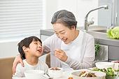 한국인, 가족, 식사, 식탁, 할머니 (조부모), 먹여주기 (움직이는활동), 손자, 황혼육아, 미소