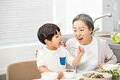 한국인, 가족, 식사, 식탁, 할머니 (조부모), 손자, 황혼육아, 미소, 만족, 놀람 (컨셉), 먹기
