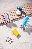 모래 (자연현상), 여름, 계절, 해변, 사람없음, 나무테라스 (파티오), 물놀이튜브 (부풀림), 미니어쳐 (공예품), 선크림 (화장품), 뷰티, 자외선, 파우더콤팩트 (파우더), 파라솔 (인조물건)
