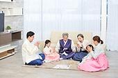 한국명절 (한국문화), 한복, 대가족 (가족), 즐거움, 윷놀이, 미소, 박수