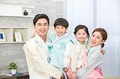 한국명절 (한국문화), 한복, 가족, 엄마, 아빠, 아들, 딸, 포옹 (홀딩), 미소