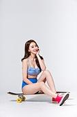 여성, 비키니, 여름, 스케이트보드, 롱보드스케이팅, 앉기 (몸의 자세)