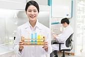 생명공학, 연구 (주제), 과학자 (전문직), 남성 (성별), 시약테스트 (의료기기), 미소