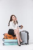 한국인, 여성, 비즈니스우먼, 바퀴달린여행가방 (짐), 휴가, 여행, 미소, 앉기 (몸의 자세), 여행가방 (짐), 쌓기 (움직이는활동), 턱괴기