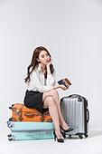 한국인, 여성, 비즈니스우먼, 바퀴달린여행가방 (짐), 휴가, 여행, 미소, 앉기 (몸의 자세), 여행가방 (짐), 쌓기 (움직이는활동), 불만