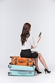 한국인, 여성, 비즈니스우먼, 바퀴달린여행가방 (짐), 휴가, 여행, 앉기 (몸의 자세), 여행가방 (짐), 쌓기 (움직이는활동)
