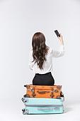한국인, 여성, 비즈니스우먼, 바퀴달린여행가방 (짐), 휴가, 여행, 앉기 (몸의 자세), 여행가방 (짐), 쌓기 (움직이는활동), 스마트폰, 셀피, 들어올리기 (물리적활동)