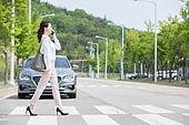 여성, 횡단보도 (로드마킹), 걷기 (물리적활동), 스마트폰, 스몸비, 통화중 (움직이는활동)