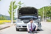 남성, 도로, 자동차, 사고, 교통사고, 파괴 (컨셉), 셔츠와넥타이 (갖춰입은옷), 앉기 (몸의 자세)