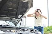 도로, 자동차, 사고, 교통사고, 파괴 (컨셉), 여성, 걱정 (어두운표정), 스트레스, 머리감싸기