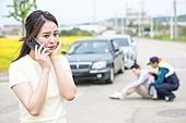 도로, 자동차, 사고, 교통사고, 파괴 (컨셉), 통화중, 여성, 걱정 (어두운표정), 불안 (컨셉)