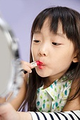 Little girl to imitate the make-up of adults