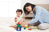 Mother to accompany the baby to play the living room