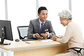 Old age women and financial advisors