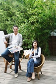 The leisure of middle-aged couples of painting in the courtyard