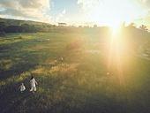 사이판, 들판 (경작지), 햇빛 (빛효과), 엄마, 딸, 걷기 (물리적활동), 감성, 미소