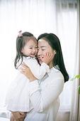 엄마, 딸, 포옹, 스킨십 (밝은표정), 애정 (밝은표정), 미소, 사랑 (컨셉)