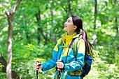여성, 하이킹 (아웃도어), 등산복 (옷), 혼자여행 (여행), 산, 산림욕, 산림, 숲, 걷기 (물리적활동), 미소