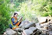여성, 하이킹 (아웃도어), 등산복 (옷), 혼자여행 (여행), 산, 산림욕, 산림, 숲, 디지털태블릿 (개인용컴퓨터), 응시 (감각사용), 시냇물 (유수), 휴식