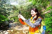여성, 하이킹 (아웃도어), 등산복 (옷), 혼자여행 (여행), 산, 산림욕, 산림, 숲, 디지털태블릿 (개인용컴퓨터), 휴식, 스마트폰, 촬영