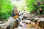 여성, 하이킹 (아웃도어), 등산복 (옷), 혼자여행 (여행), 산, 산림욕, 산림, 숲, 디지털태블릿 (개인용컴퓨터), 휴식, 음악, 헤드폰 (오디오장비), 듣기 (감각사용)