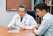 한국인, 남성, 의사, 중년 (성인), 진찰 (의료행위), 진료실 (클리닉), 설명, 심각 (감정)