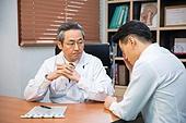 한국인, 남성, 의사, 중년 (성인), 진찰 (의료행위), 건강이상, 진료실 (클리닉), 설명, 심각 (감정), 환자, 절망 (슬픔)